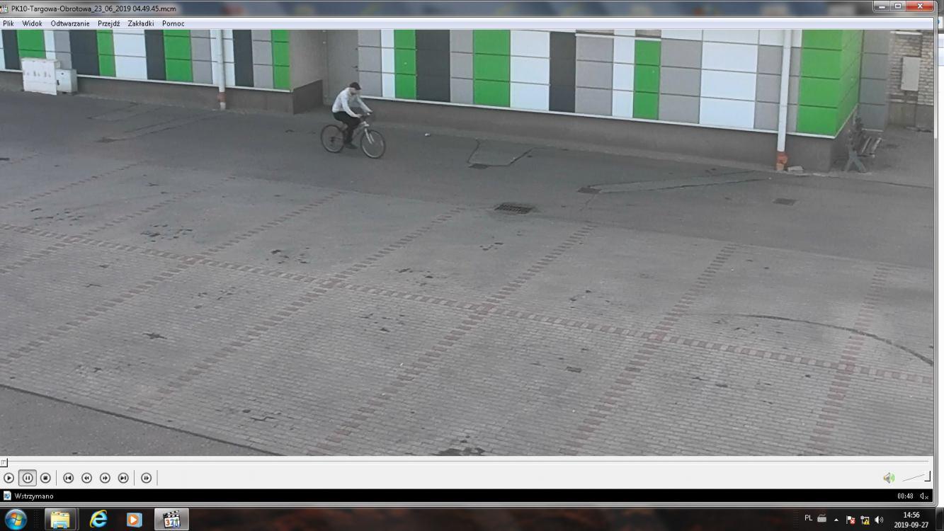Kościerzyna: policja szuka mężczyzny podejrzanego o kradzież roweru i publikuje zdjęcia z monitoringu