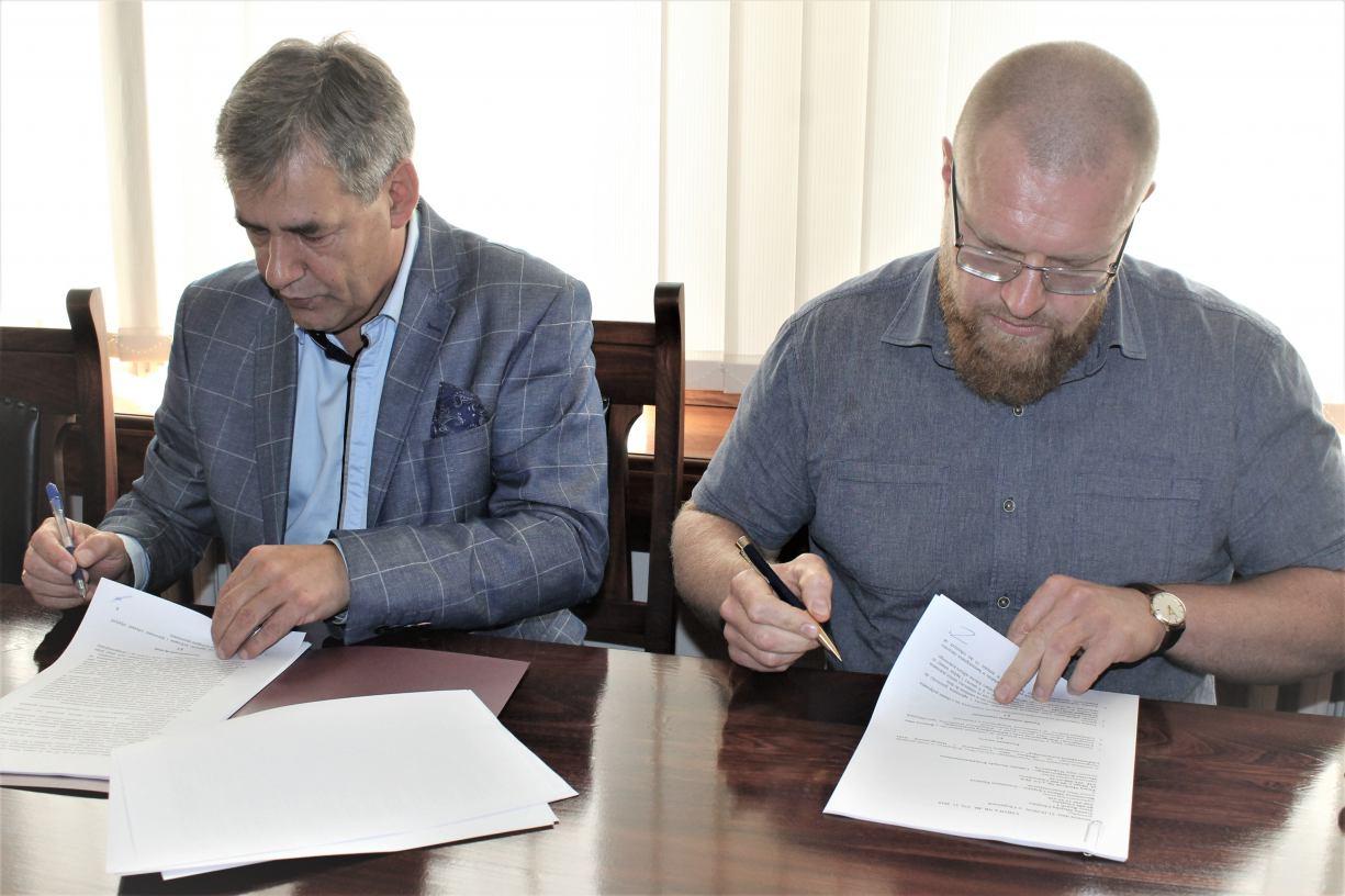 Umowa na budowę ulic Czereśniowej i Winogronowej w Chojnicach podpisana