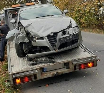 Uderzyła w przydrożne drzewo. Kościerska policja wyjaśnia okoliczności wypadku w Starych Polaszkach