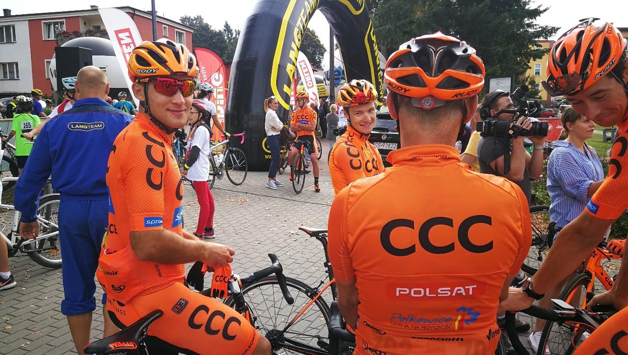 Miłośnicy kolarstwa mają dziś 13.11 okazję spotkać z zawodowym kolarzem Kamilem Małeckim z Bytowa