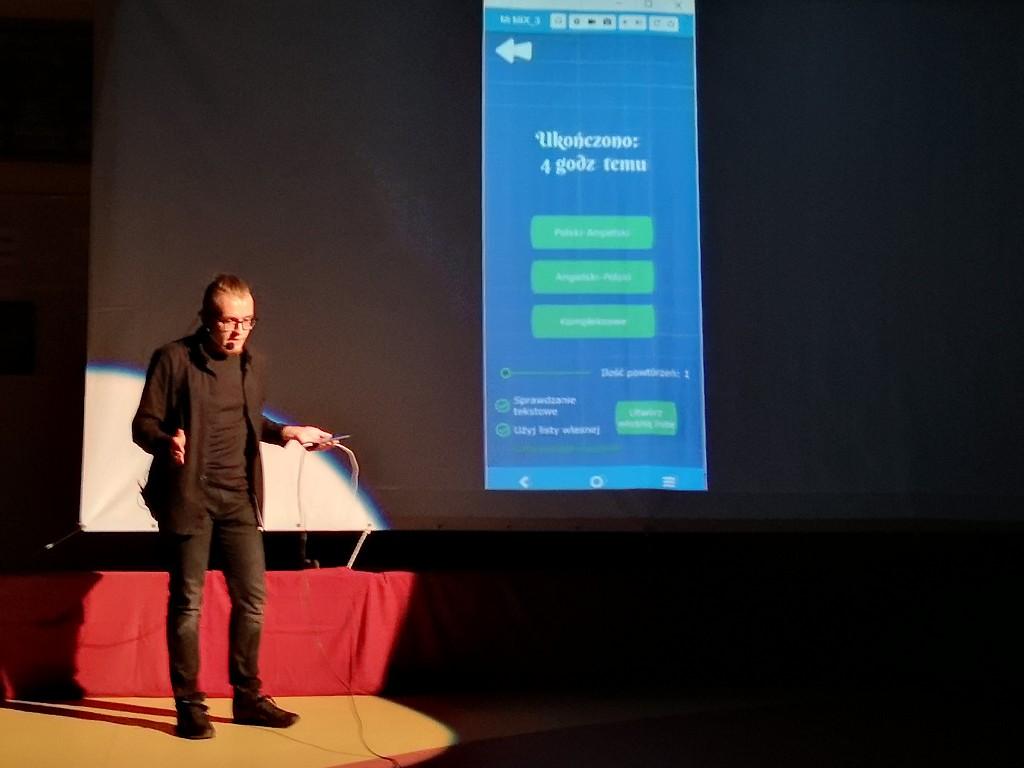 Uczniowie bytowskiego ogólniaka stworzyli aplikację na smartfona, która pomaga w nauce