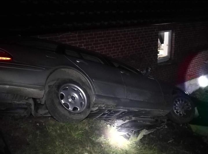 Powiat kościerski samochód wypadł z drogi i uderzył w dom