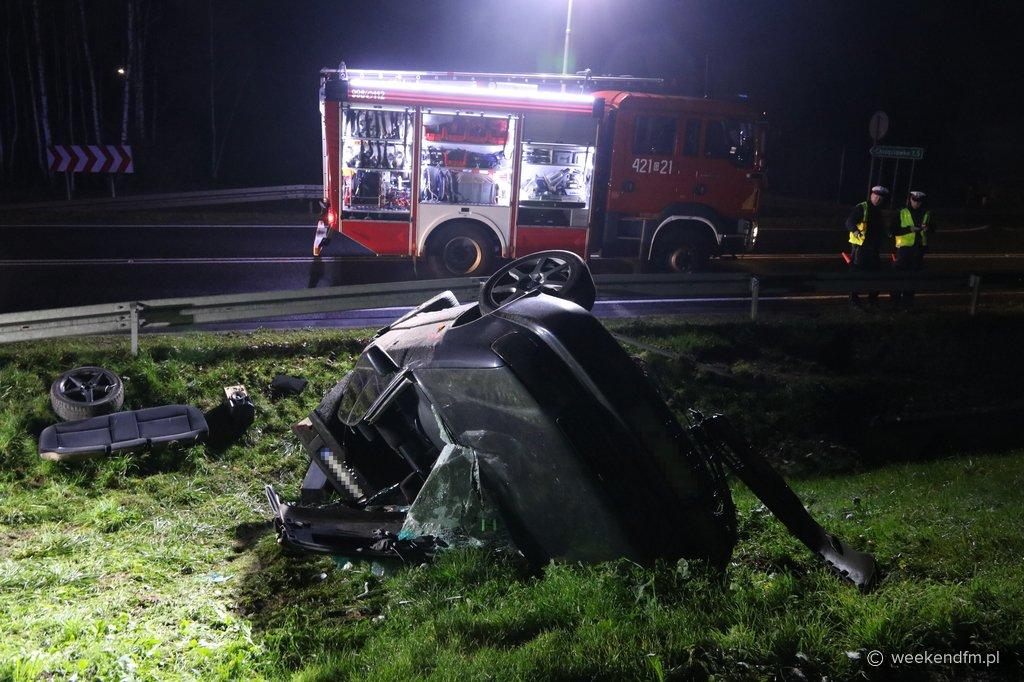 Dwaj mężczyźni ranni w wypadku w Chrząstowie. Samochód osobowy dachował w rowie FOTO