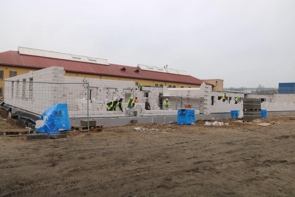 W Zakładzie Karnym w Czarnem powstaje nowy pawilon dla osadzonych i fragment muru