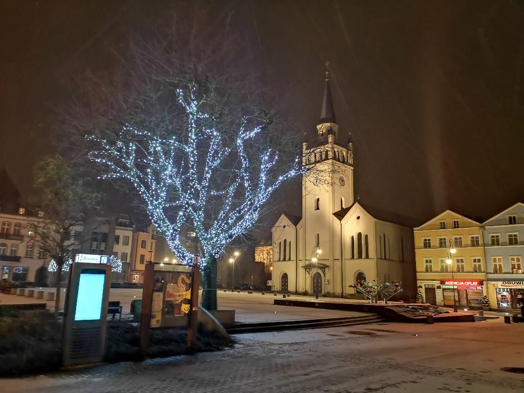 Bytowski rynek od dziś (6.12) z nowym oświetleniem świątecznym, ale bez tradycyjnej choinki