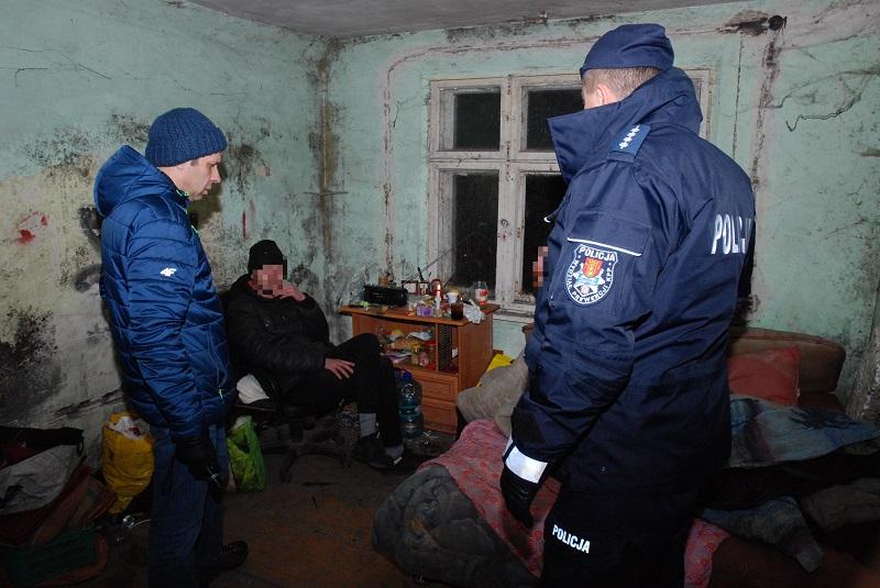 Pracownicy socjalni i policjanci liczyli osoby bezdomne w Człuchowie i w Chojnicach