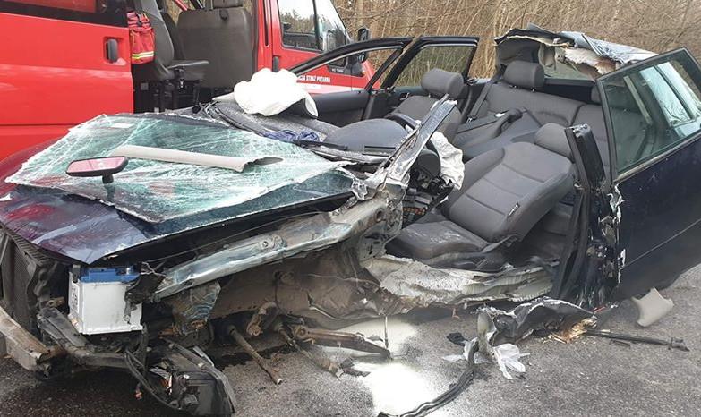Gmina Nowa Karczma: audi uderzyło w drzewo, kierowca trafił do szpitala