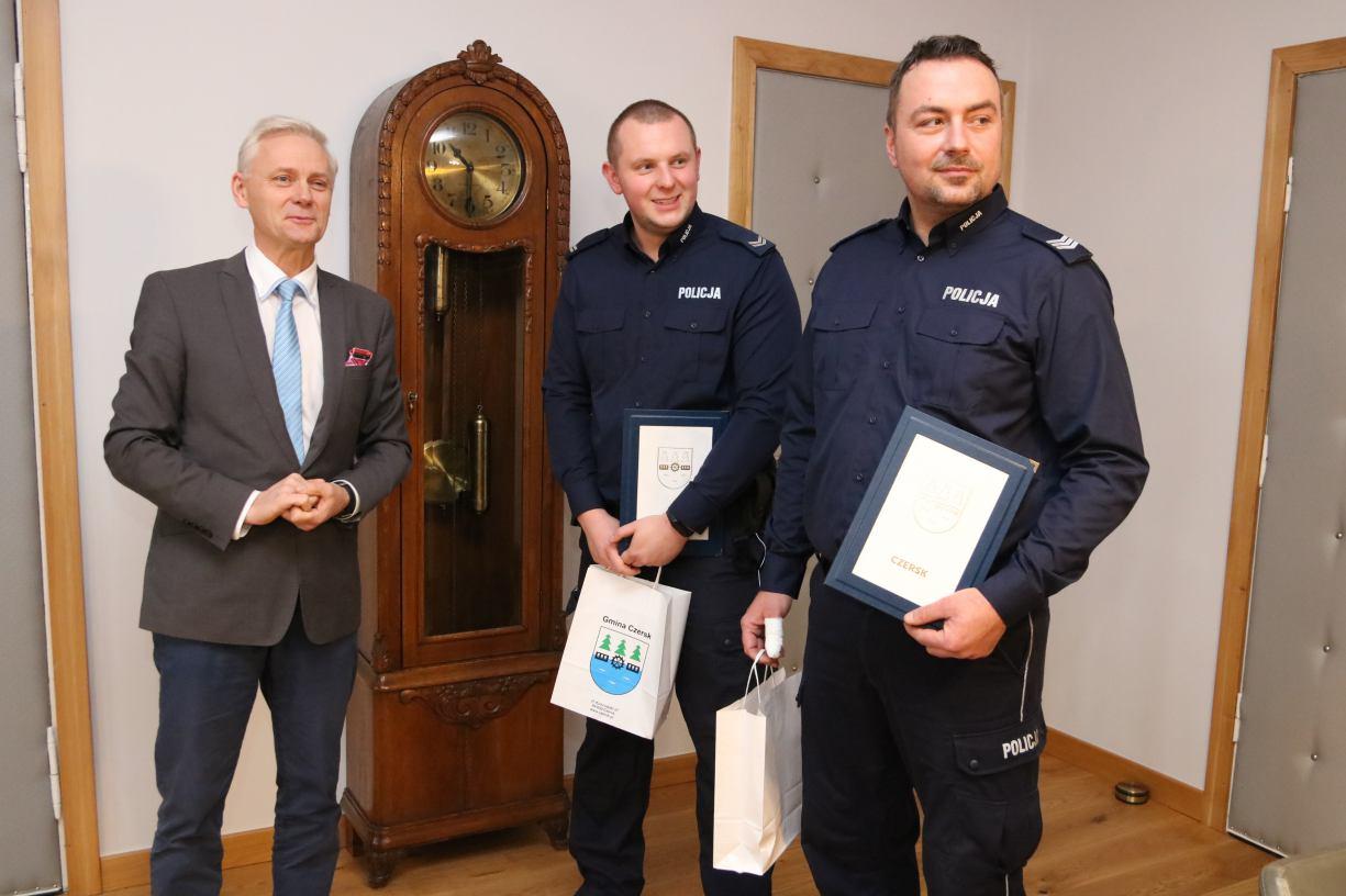 Burmistrz Czerska uhonorował policjantów, którzy ratowali poszkodowanych w pożarze hospicjum