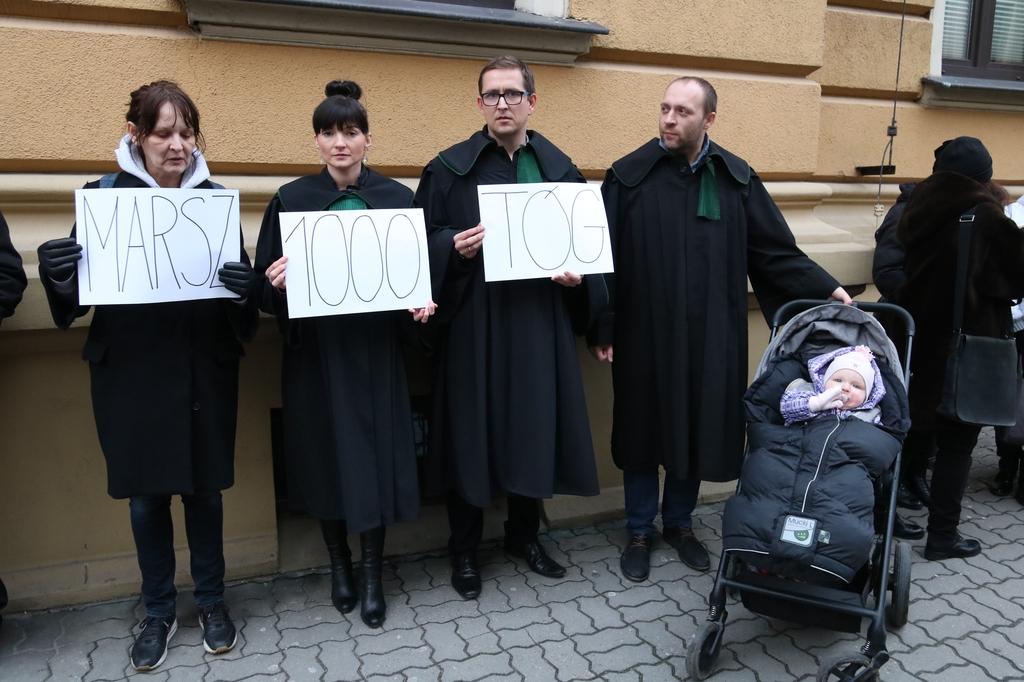 Grupa chojniczan solidaryzowała się z uczestnikami Marszu Tysiąca Tóg w Warszawie (FOTO)