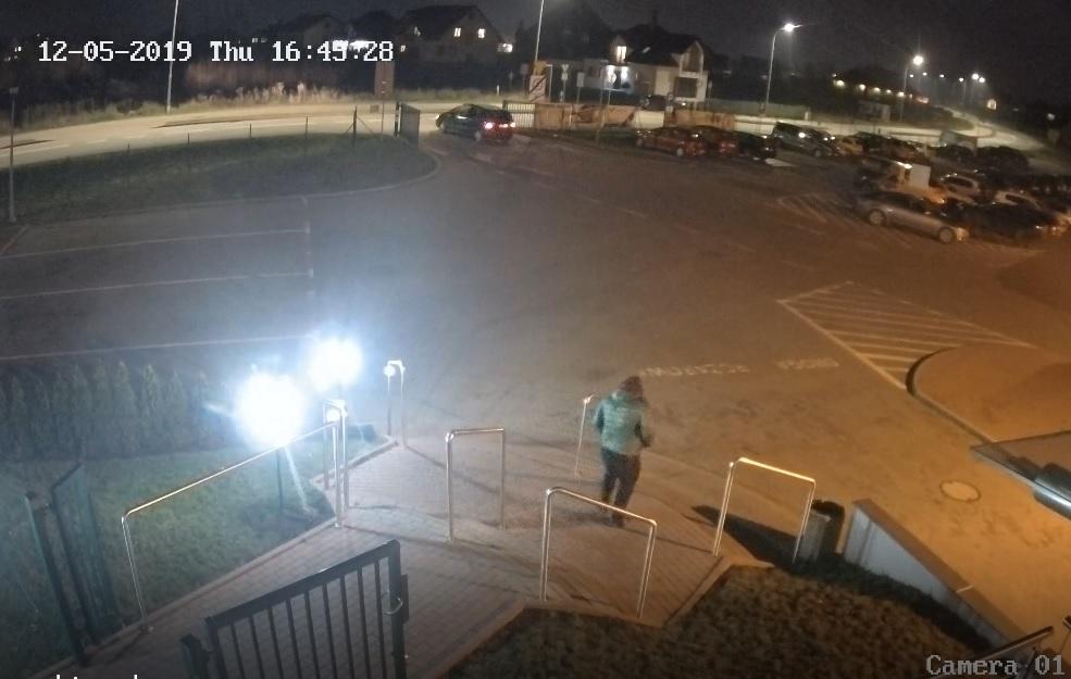 Jeśli rozpoznajesz mężczyznę z nagrania monitoringu, skontaktuj się z policją (WIDEO)