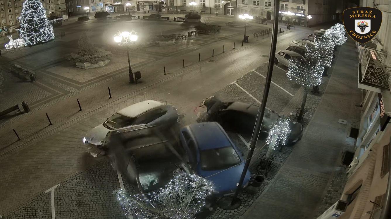Kierowca, który uszkodził trzy auta na chojnickim rynku sam zgłosił się na policję. Dostał mandat i punkty karne (WIDEO)