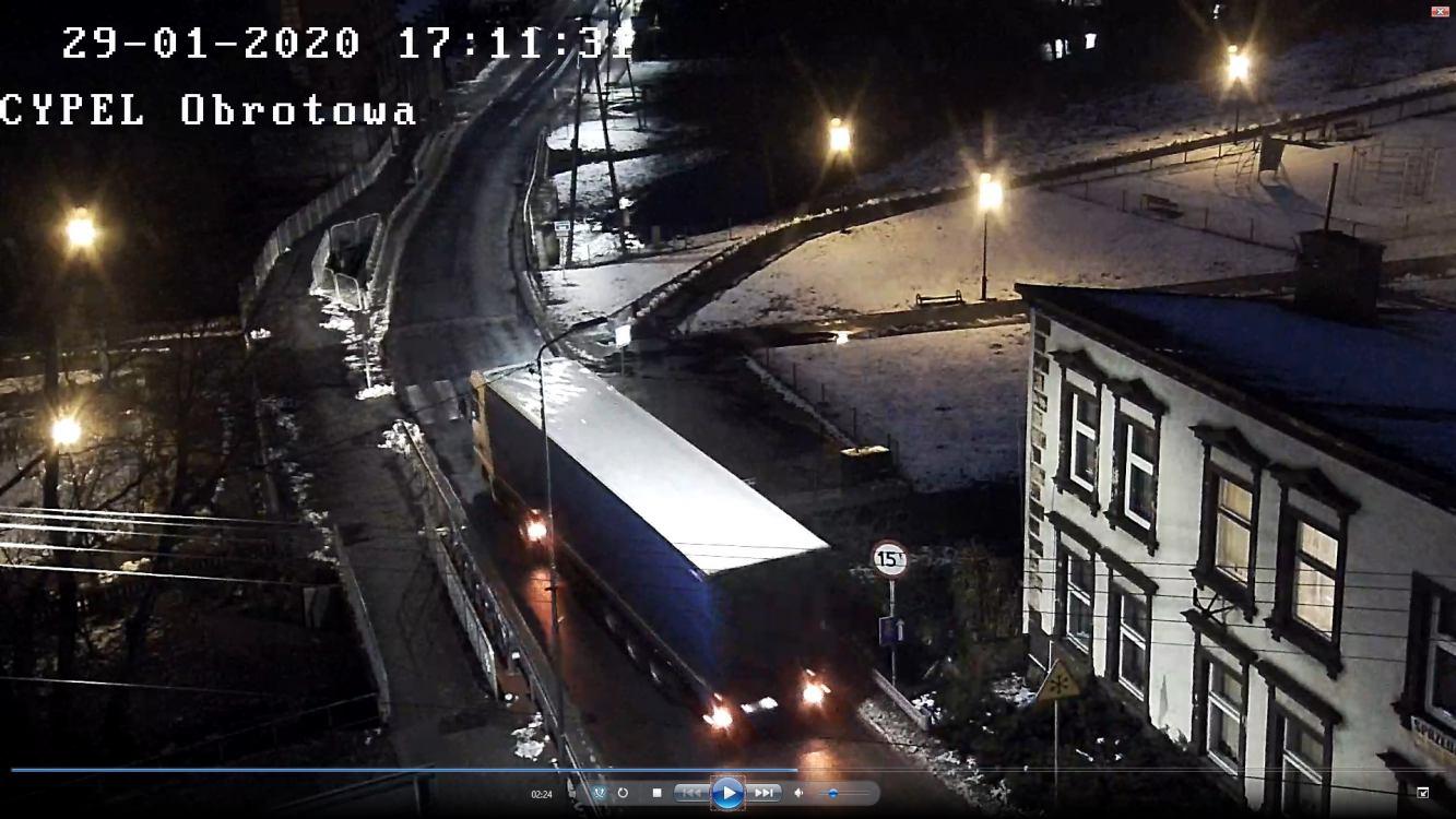 Policja publikuje zdjęcia ciężarówki i ponawia prośbę o pomoc w ustaleniu sprawcy potrącenia pieszej w Czarnem
