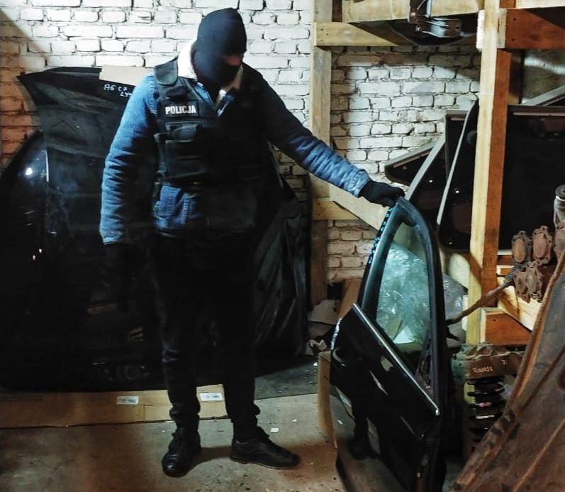 Policjanci ujawnili dziuplę z kradzionymi autami w Kościerzynie.