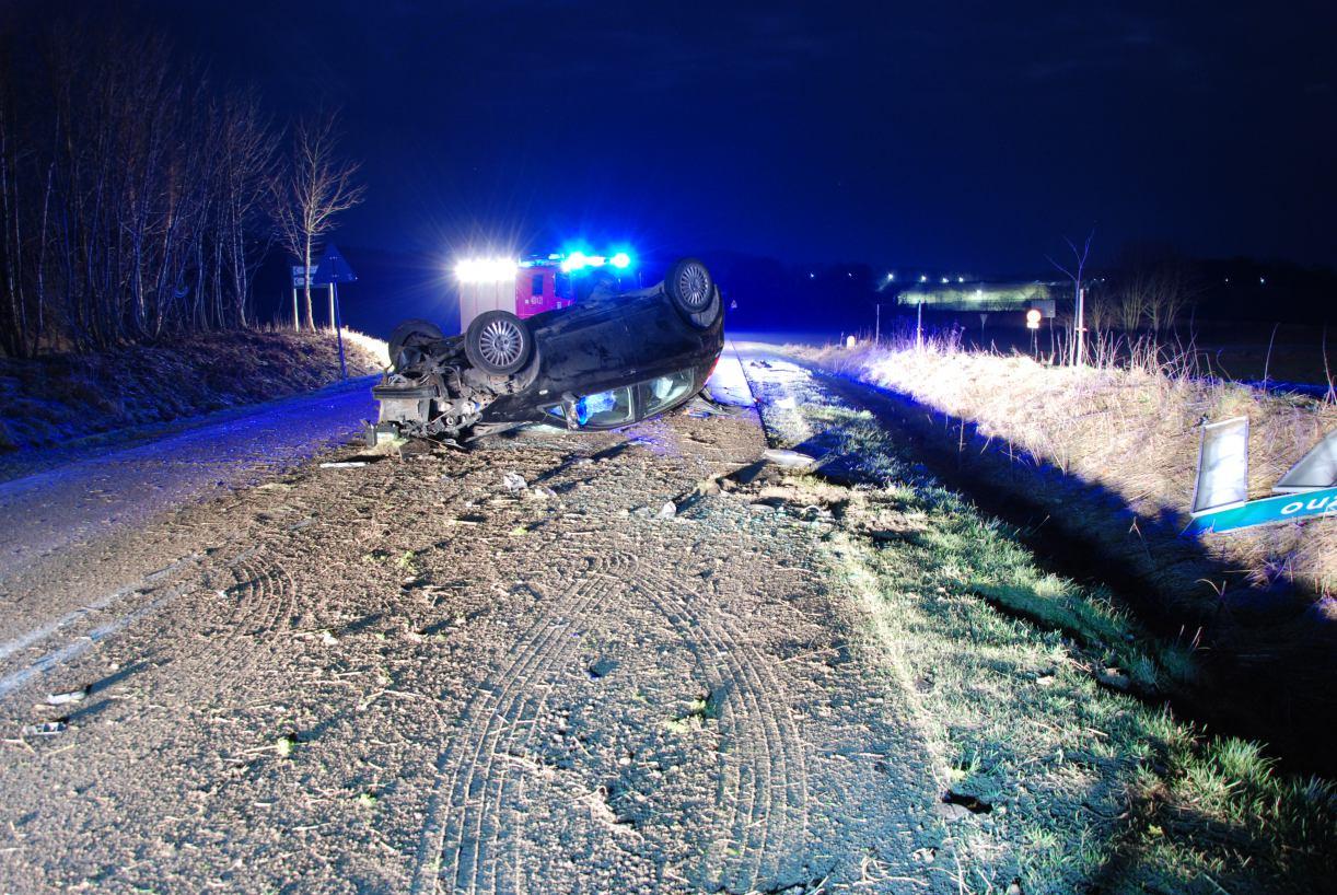Wypadek w Sierznie: samochód dachował, kierujący był nietrzeźwy