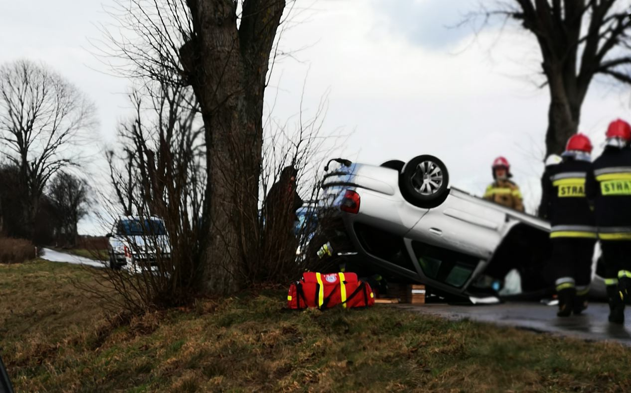Dachowanie auta na drodze 236 w gminie Brusy. Dwie osoby trafiły do szpitala