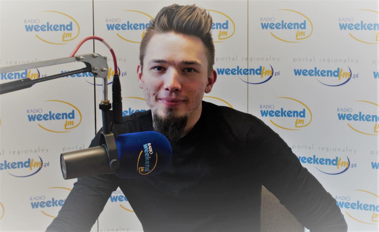 Marcin Skiba z Chojnic. Śpiewa, gra, komponuje, pisze teksty i nagrywa. Debiut w Weekend FM