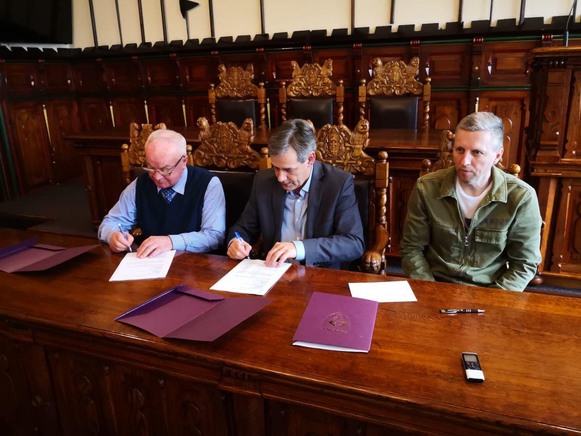 Podpisanie umowy na modernizację stadionu MKS Chojniczanka