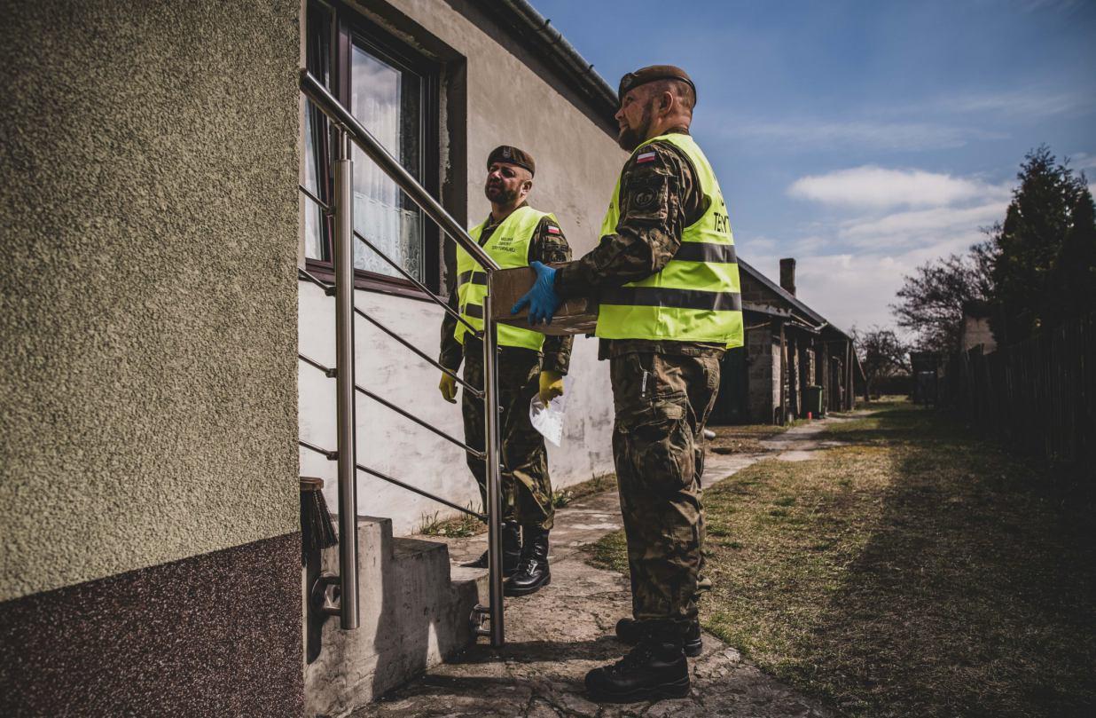 Żołnierz WOT rozwiezie żywność osobom przebywającym w kwarantannie w Sępólnie Krajeńskim
