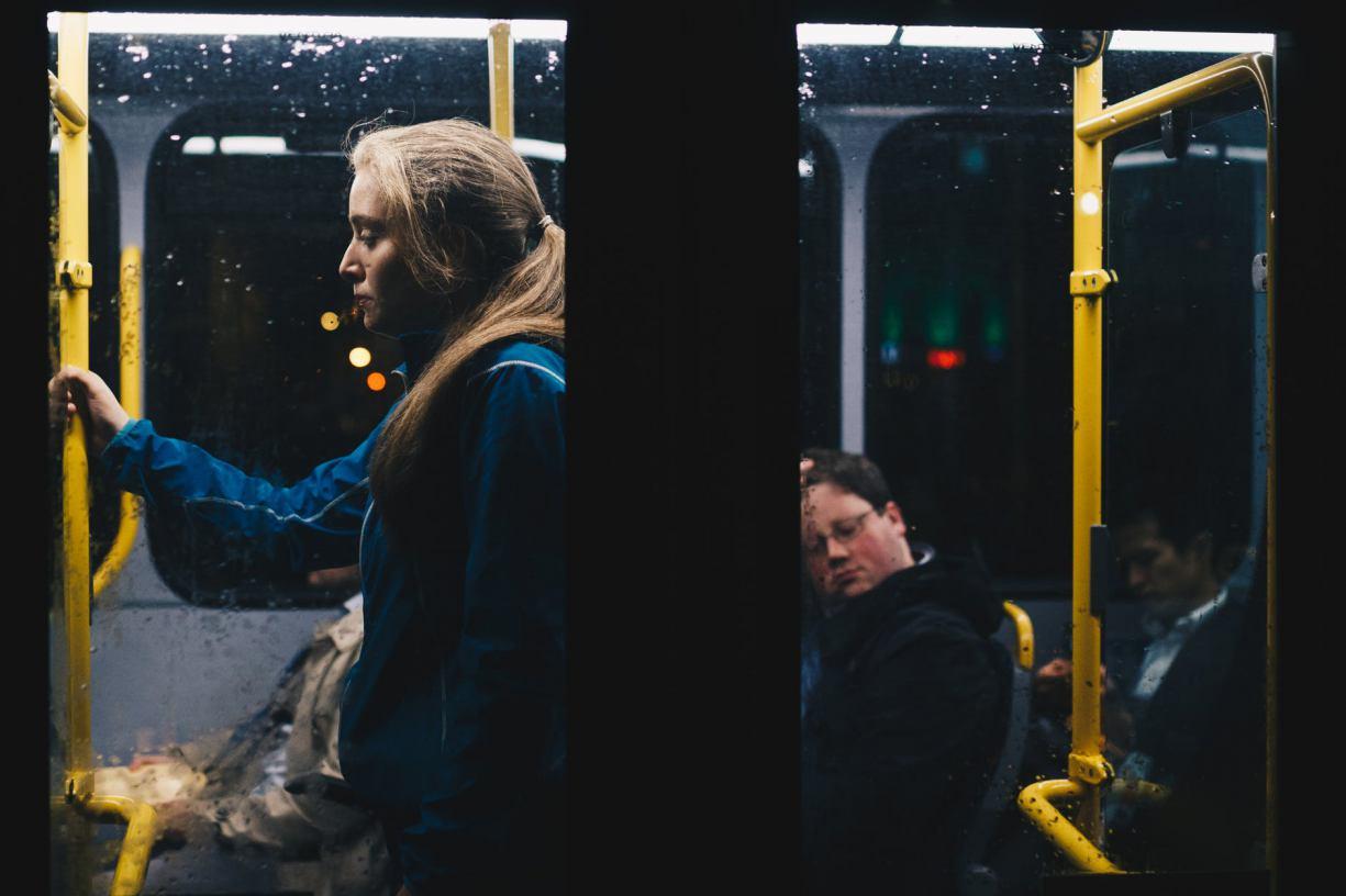 Policjanci w regionie kontrolują autobusy i sprawdzają, czy przestrzegane są zalecenia dotyczące liczby pasażerów