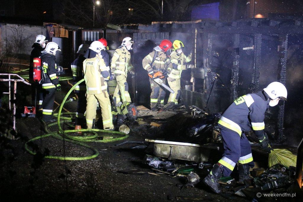Zagrożone były budynki mieszkalne i sala gimnastyczna. Pożar przy ulicy Świętopełka w Chojnicach FOTO