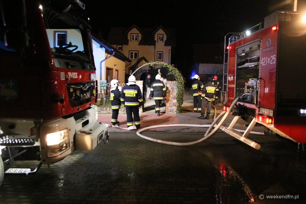 Piętnaście osób ewakuowanych, w tym dziewięcioro dzieci. Pożar poddasza domu wielorodzinnego w Człuchowie FOTO