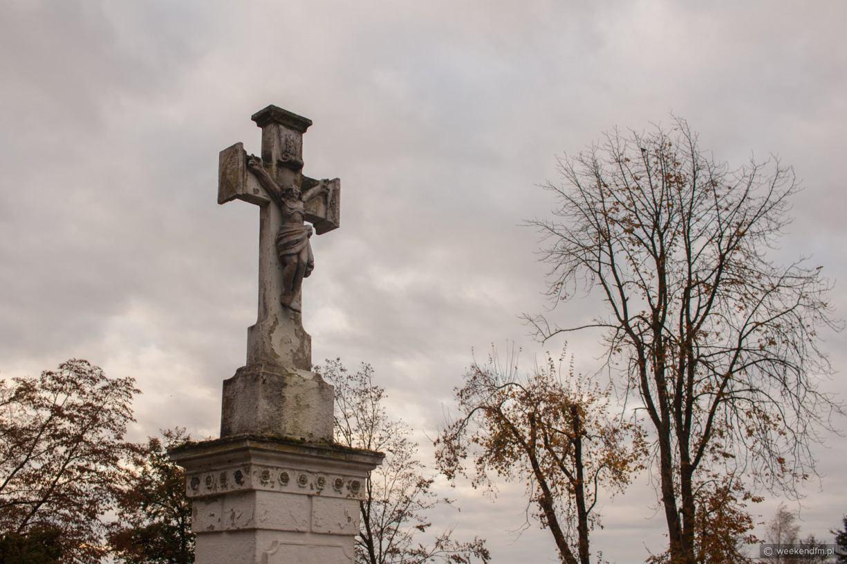 Wiele miast zamyka cmentarze. Czy w Chojnicach można odwiedzać groby bliskich?