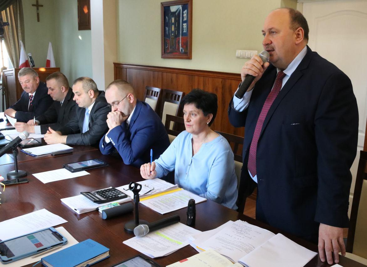 Burmistrz Czarnego wstrzymał nagrody pieniężne dla pracowników urzędu i gminnych jednostek
