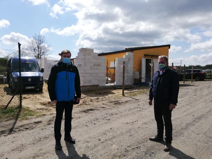 Trwa rozbudowa zaplecza sportowego przy boisku w Karsinie