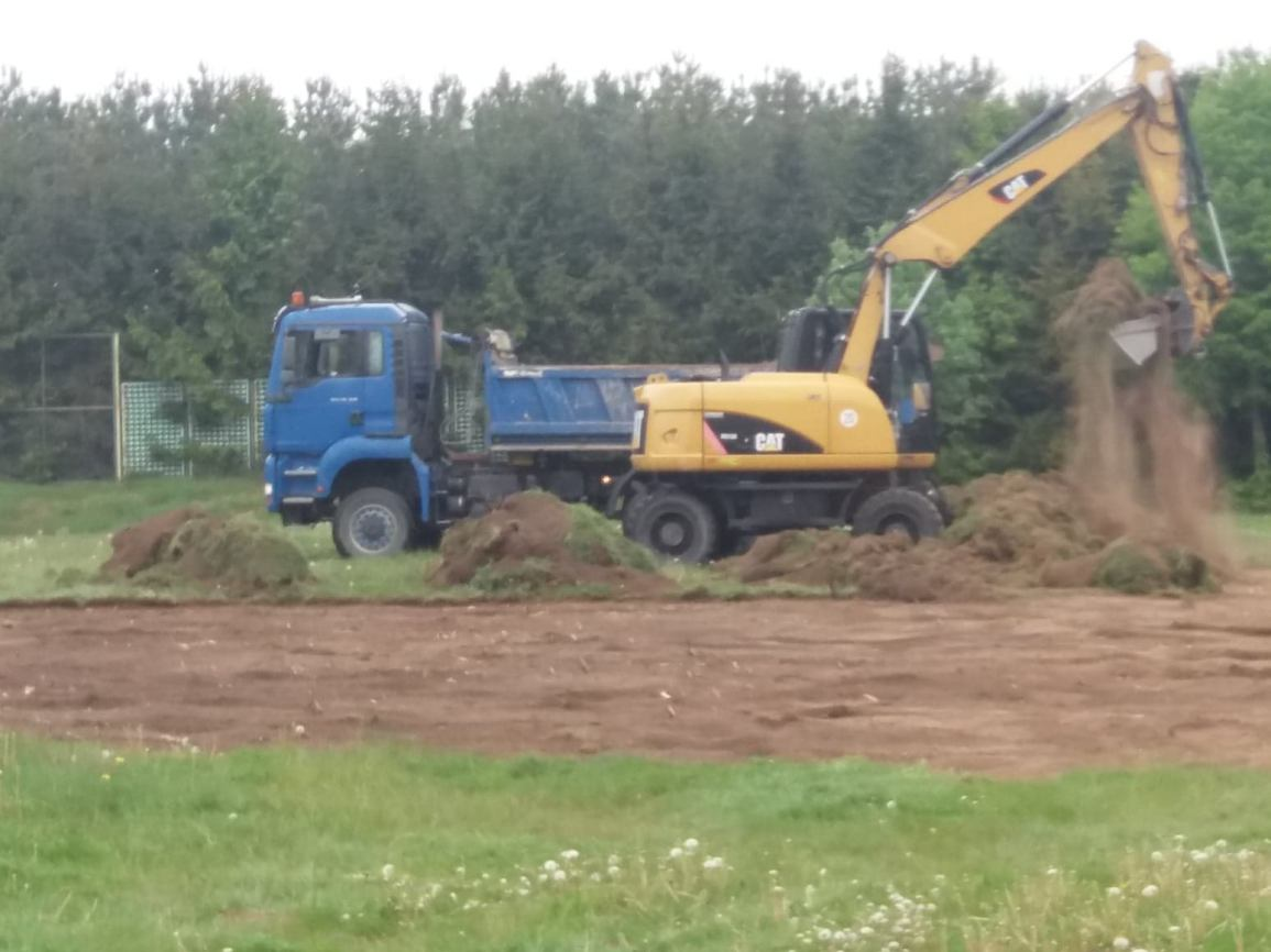 Ruszyła wyczekiwana inwestycja - budowa boiska do piłki nożnej przy szkole w Bysławiu