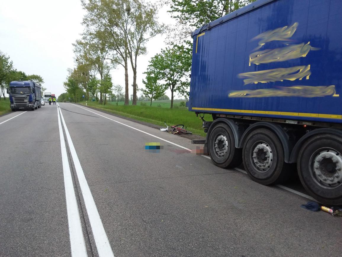 Z nieustalonych przyczyn wjechał pod pojazd, który go wyprzedzał. Wypadek na drodze krajowej nr 22, koło Chojnic