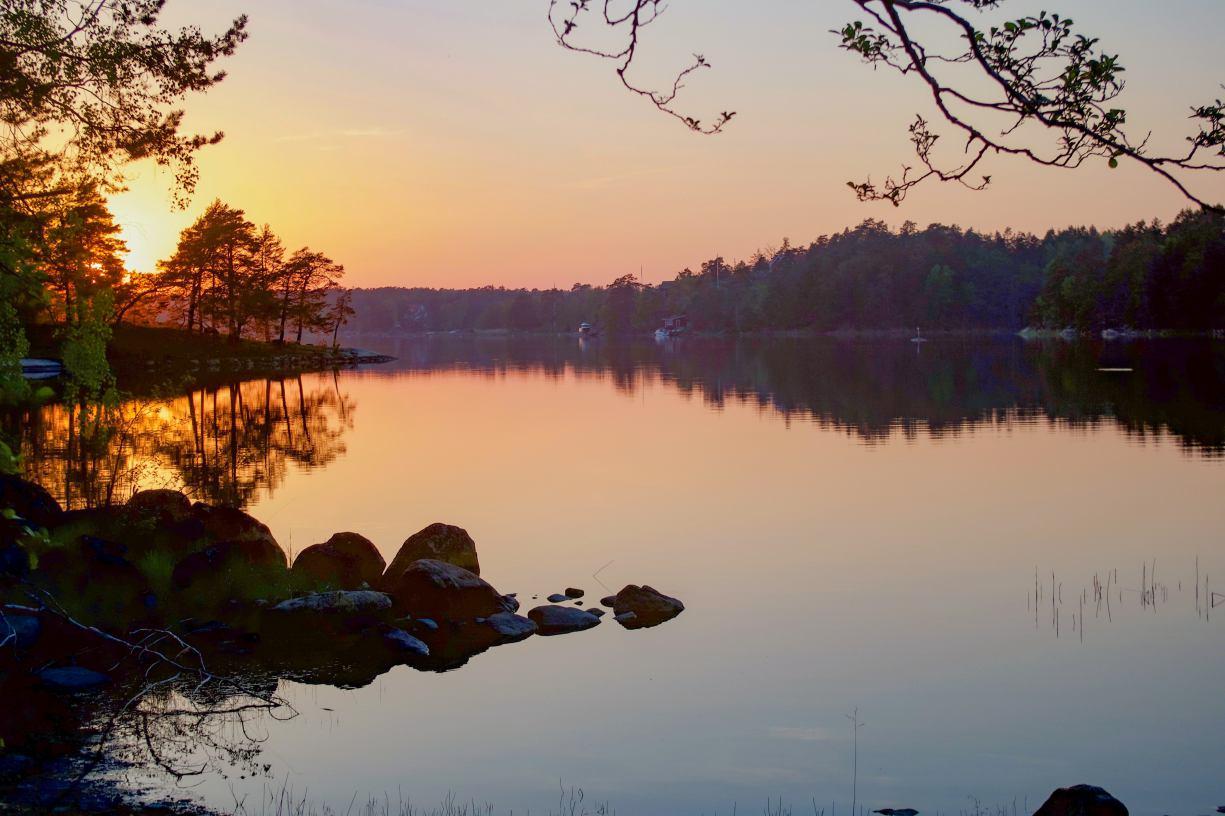 Pole namiotowe nad jeziorem - niezbędnik podróżnika