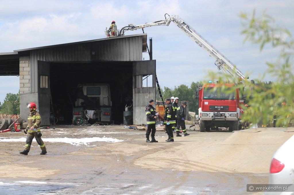 Pożar warsztatu i dwóch ciężarówek na terenie żwirowni w Nieżywięciu pod Chojnicami FOTO