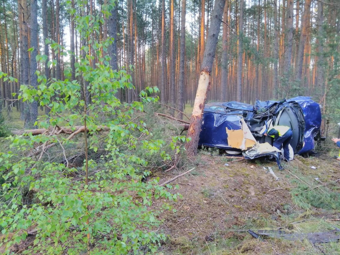 Uderzył w drzewo, a następnie w kolejne. Śmiertelny wypadek w Bielawach w gminie Czersk