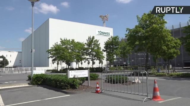 Ponowny lockdown powiatu na zachodzie Niemiec. W miejscowej rzeźni potwierdzono ponad 1500 przypadków zakażenia