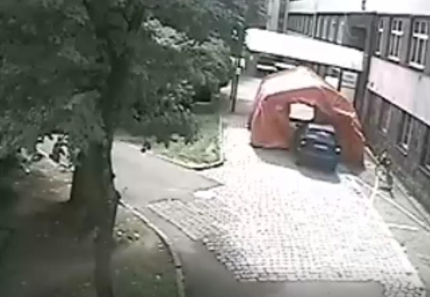 Namiot do triażu przed bytowskim szpitalem uszkodzony. Wjechał w niego samochód WIDEO