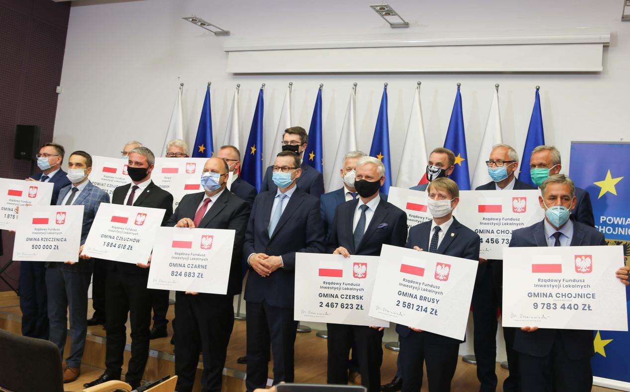 Czeki dla samorządów i milion złotych dla Towarzystwa Przyjaciół Hospicjum. Premier Morawiecki w Chojnicach