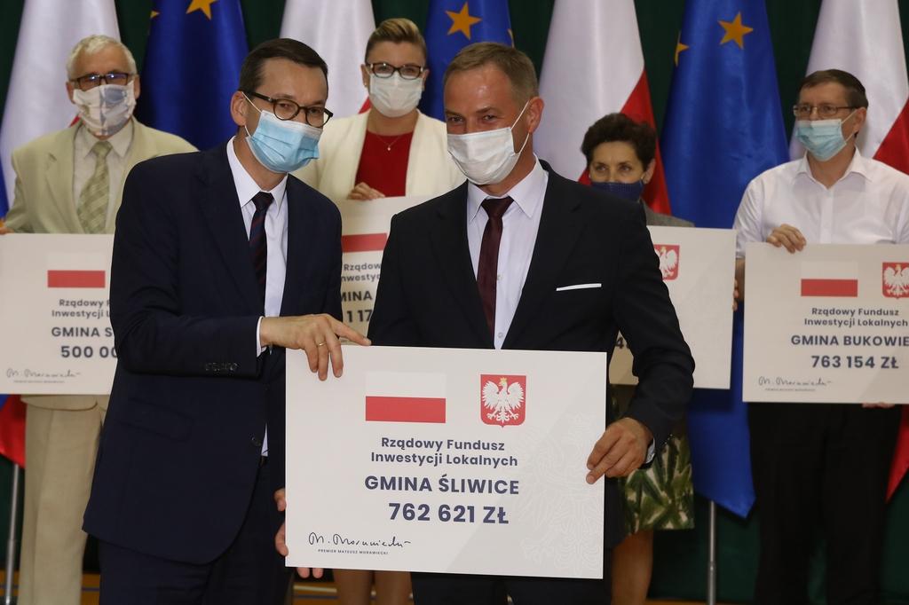 Premier Mateusz Morawiecki rozdał w Tucholi promesy dla samorządowców z trzech powiatów FOTO