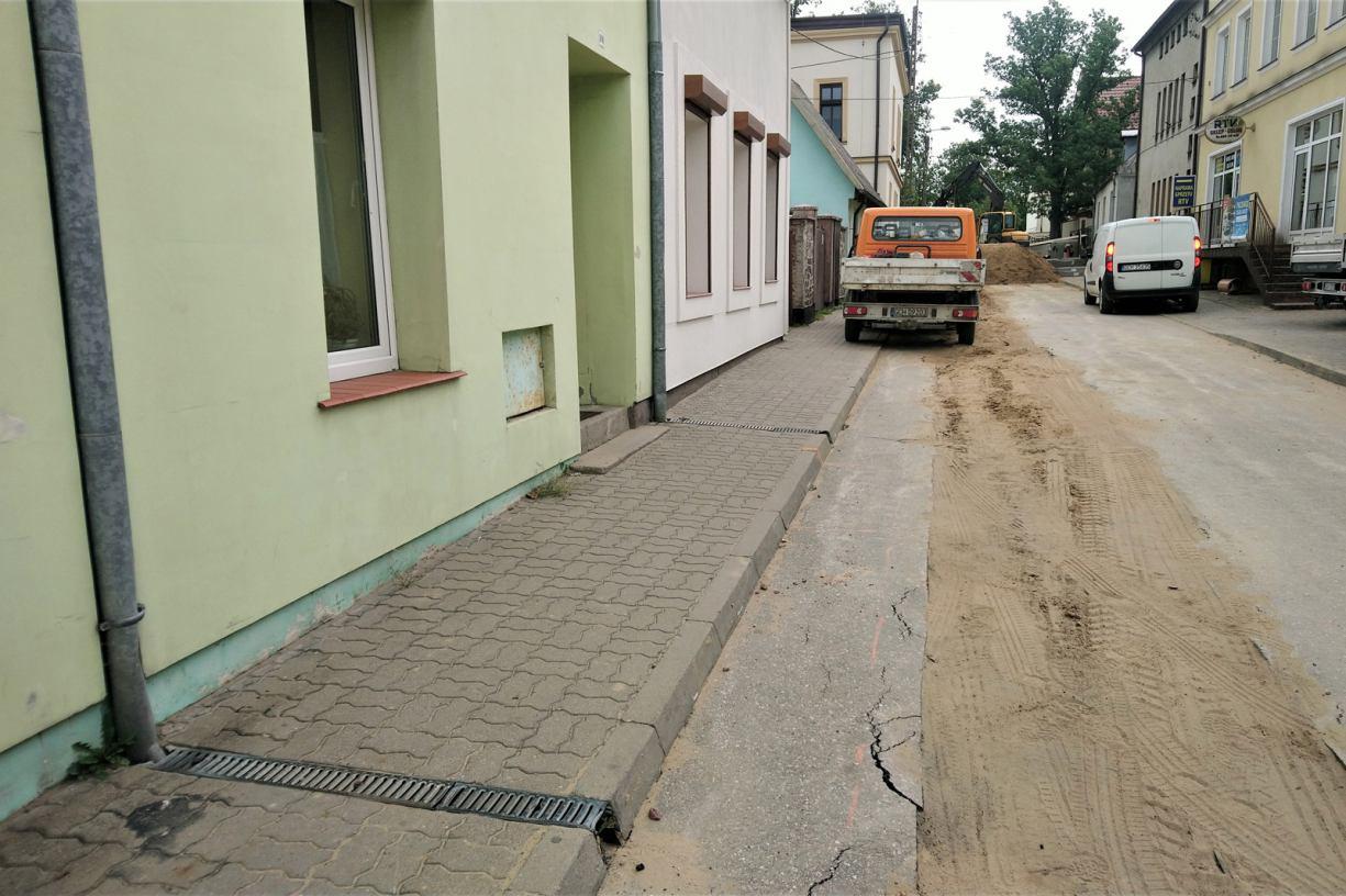 Chojnice kończy się budowa kanalizacji deszczowej, a mieszkańcy mówią, że dopiero teraz każe się im wykonać przyłącza
