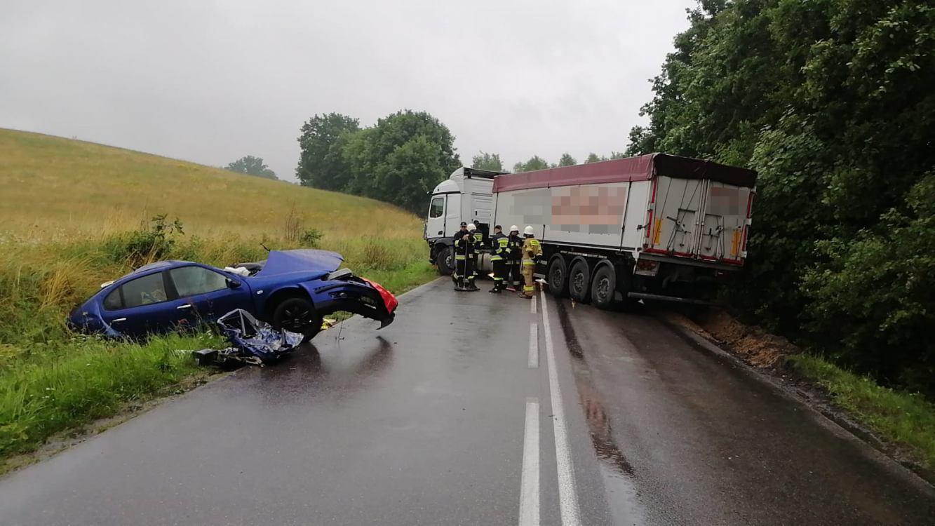 Śmiertelny wypadek na drodze wojewódzkiej nr 212 w Udorpiu, koło Bytowa. Nie żyje młoda kobieta