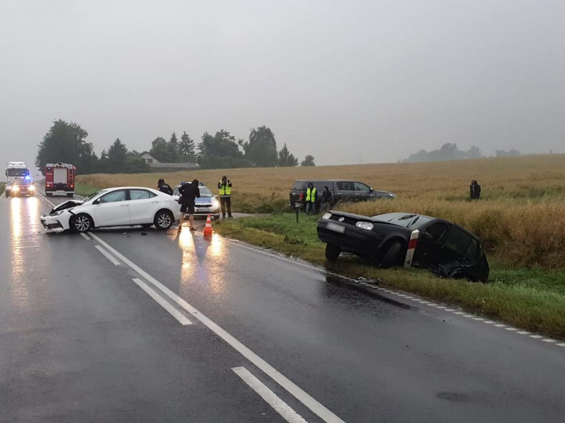 Trzy osoby trafiły do szpitala po dzisiejszym 9.07 wypadku na trasie Chojnice &ndash Tuchola. Zderzyły się dwie osobówki FOTO