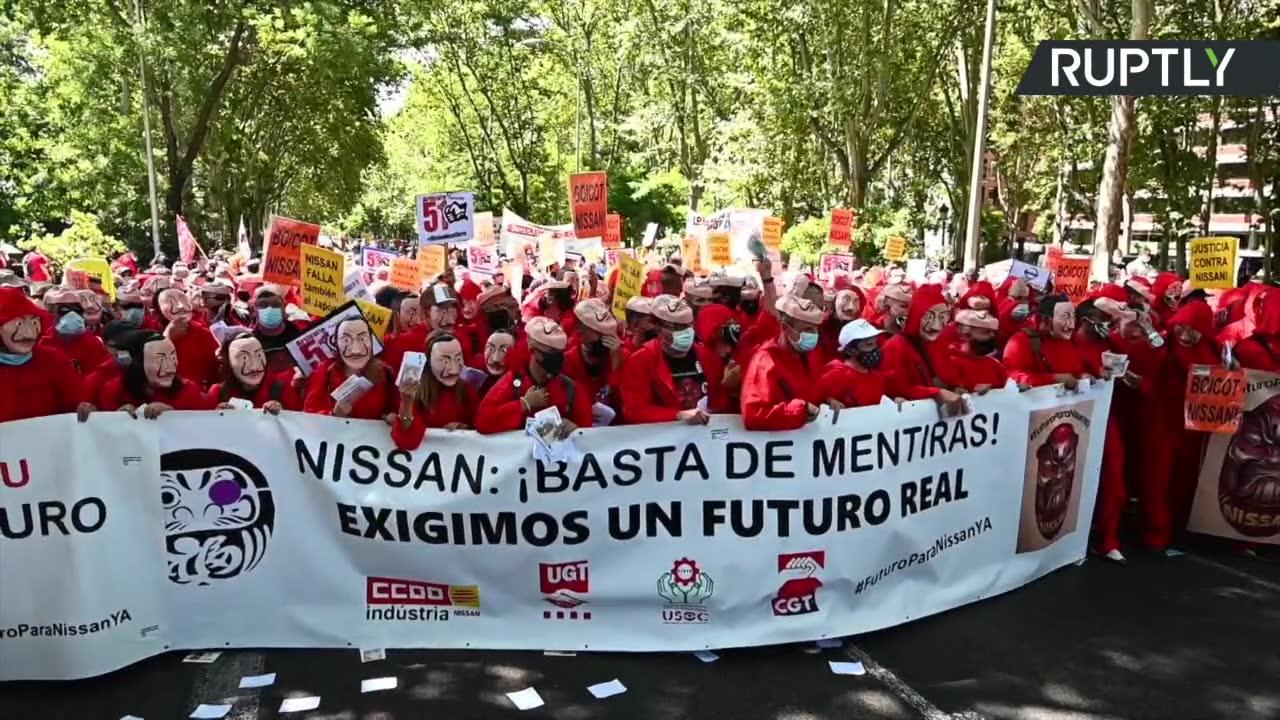 Protest przeciwko zamknięciu fabryki Nissana w Barcelonie. Pracownicy byli ubrani w stroje znane z serialu Dom z papieru