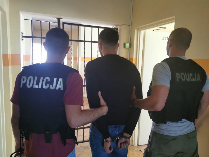 Podejrzany o kradzież z włamaniem do domu w Chojnicach schwytany. Złodziej ukradł łup o wartości 200 tys. zł