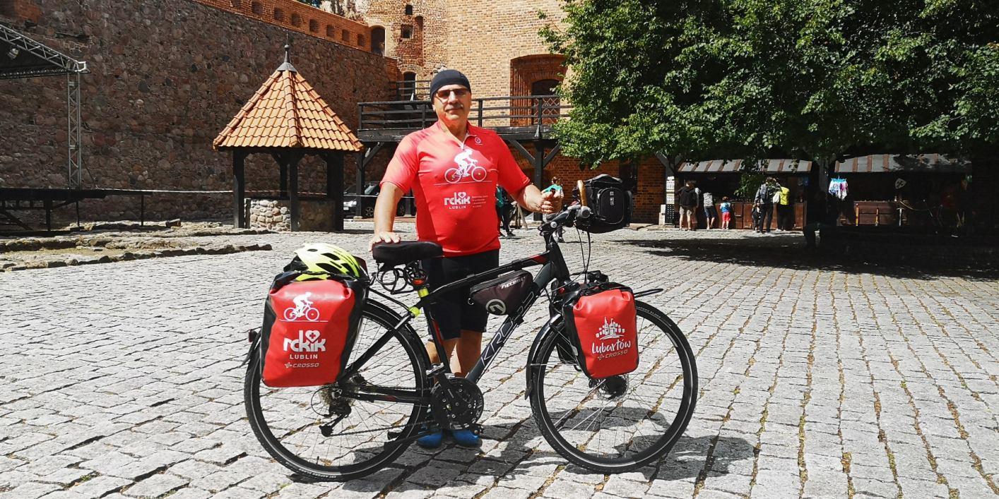 Jedzie rowerem przez Polskę i zachęca do oddawania krwi. Wczoraj mieszkaniec Lublina dotarł do Bytowa