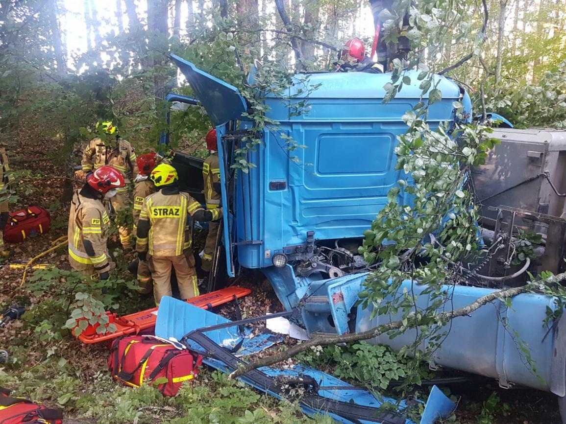Wypadek na drodze nr 212 Chojnice-Bytów. Ciężarówka zjechała z drogi i uderzyła w drzewo FOTO