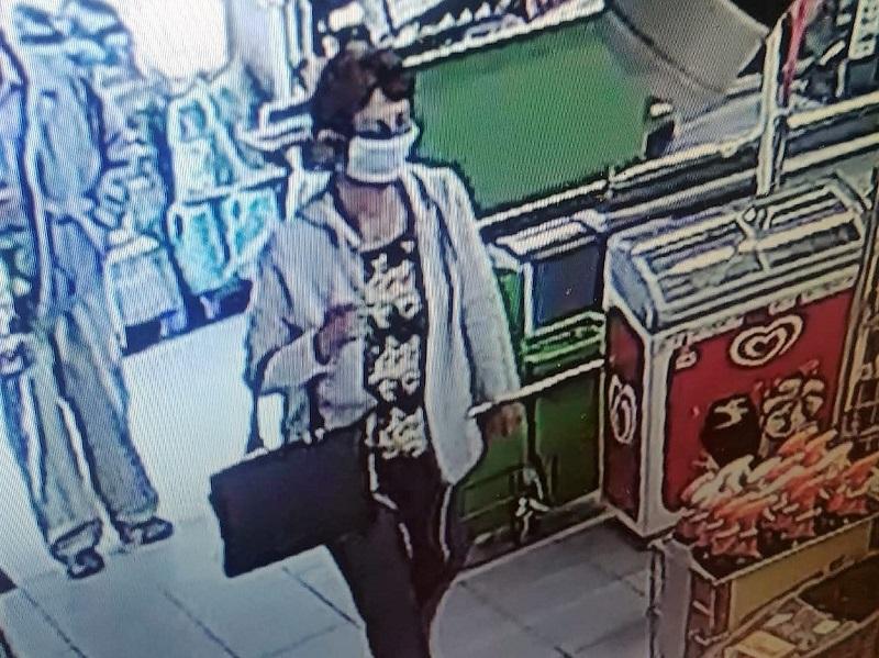 Policja w Człuchowie publikuje zdjęcie i prosi o pomoc w ustaleniu tożsamości kobiety, która miała ukraść portfel