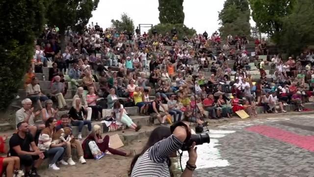 Dziesiątki osób bez masek ochronnych w berlińskim amfiteatrze. Kolejna demonstracja przeciw obostrzeniom w Niemczech