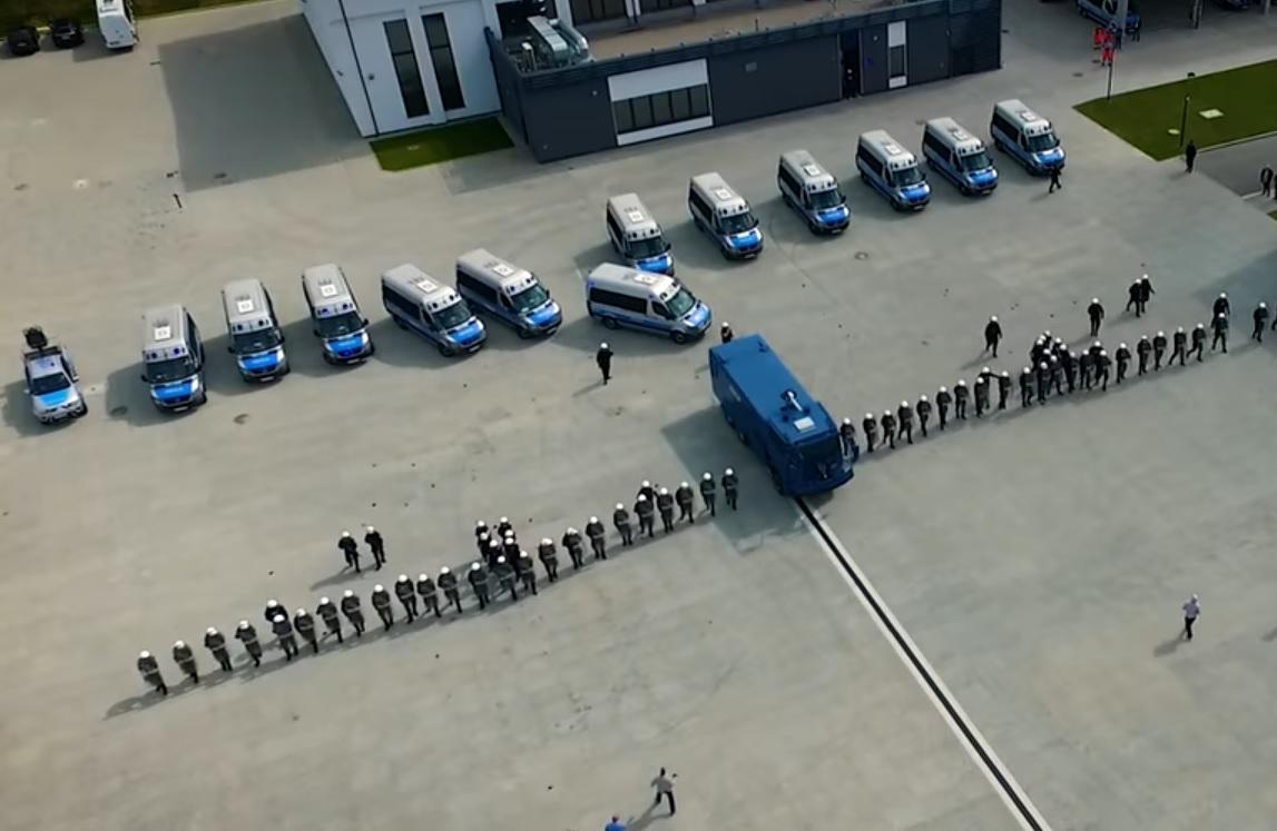 Ratują i rapują - policjanci pod wodzą Szymona Głuszka z posterunku w Gostycynie nagrali nową piosenkę