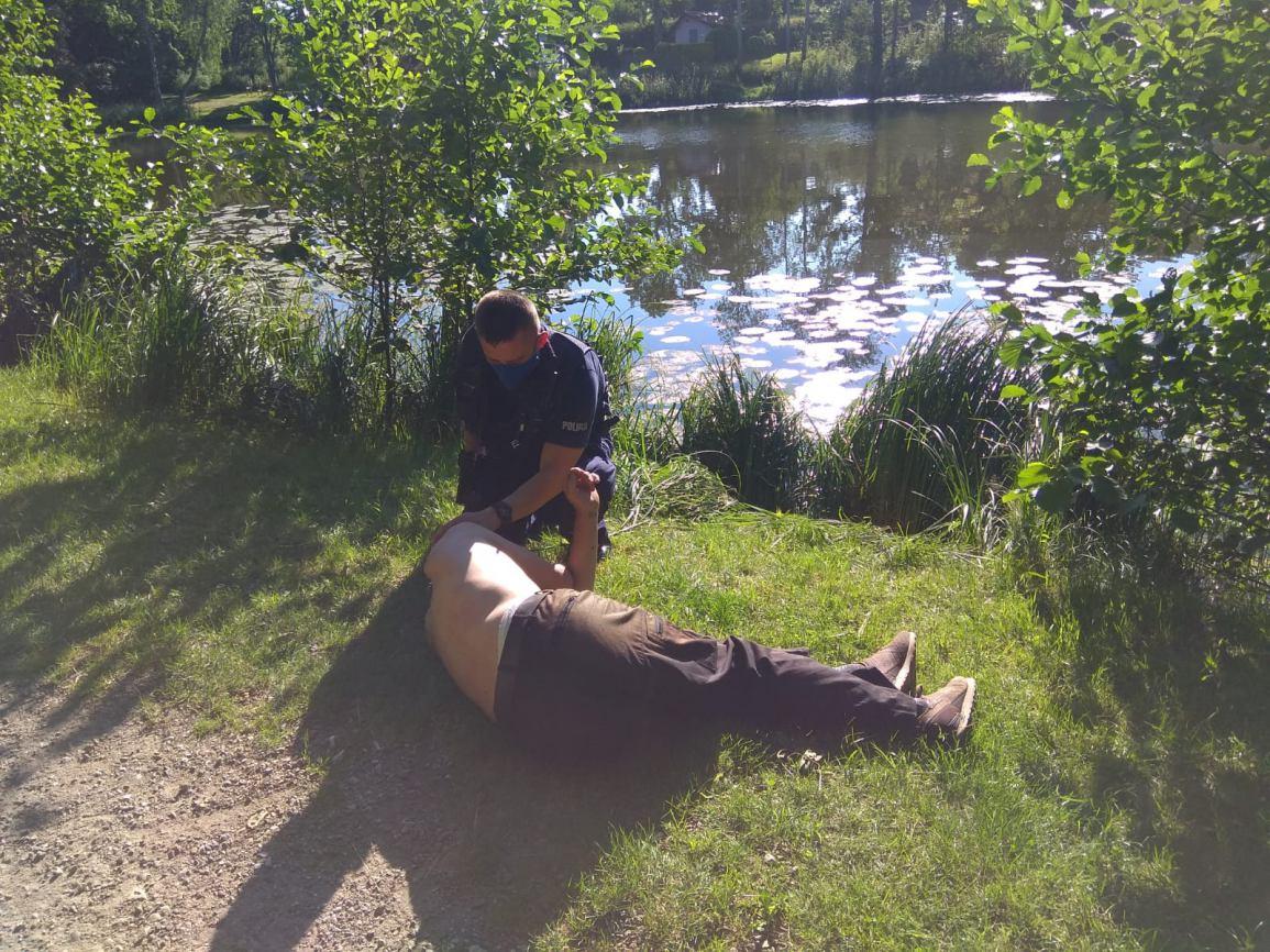 Kościerscy policjanci uratowali życie mężczyźnie, który tonął w bagnie