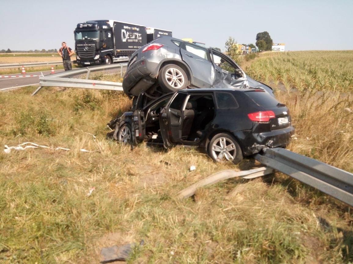 Zderzenie dwóch samochodów na skrzyżowaniu w Konarzynkach. Dwie osoby trafiły do szpitala AKTUALIZACJA