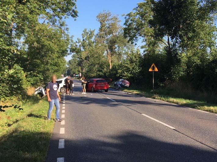Zderzenie trzech pojazdów na drodze Tuchola - Chojnice. 7 osób trafiło do szpitala AKTUALIZACJA